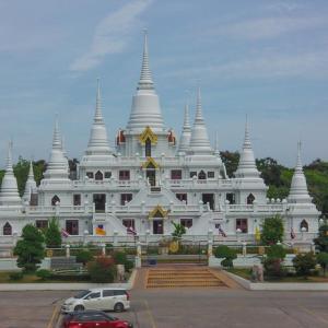 鮮やかな純白仏塔 ワット アソカラーム