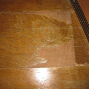 表面がはがれていたフローリングに余り物のテラコッタ風クッションフロアを貼ってミタ。