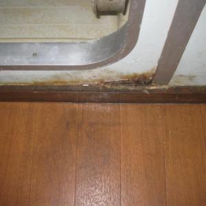 浴室の壁の穴。自分に直せるのだろうか・・・。