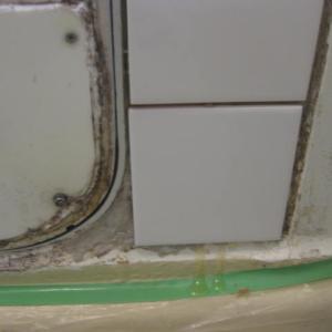 浴室の壁の穴、タイルを組み合わせて、ちょっと可愛くなり過ぎか?
