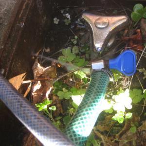 散水栓につないだホースから、ぴーっ!と噴水が・・を修理してミタ。
