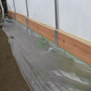 拠点倉庫の破けた外壁と木部を修理しました。(その2)