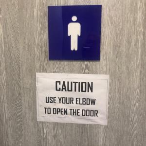 公共ドアの開閉に手を使わないほうが良いの?