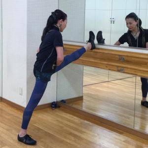 長時間座りっぱなしは、股関節が固くなる原因です。椅子から立ち上がって股関節をのばしませんか?