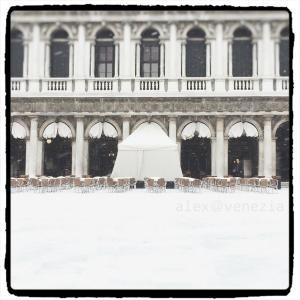 真っ白な吹雪の中の老舗カフェ ♪ @ヴェネツィア