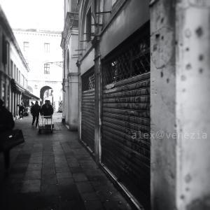 カーニヴァル終って翌日に休業する店はな〜んだ?! @ヴェネツィア
