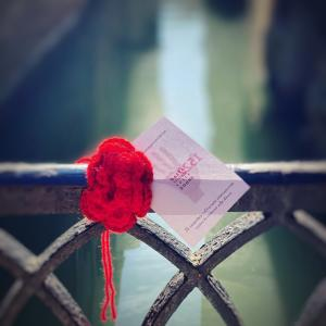 ヴェネツィアに咲いた何千ものバラ =女性に対する暴力撤廃の国際デー=