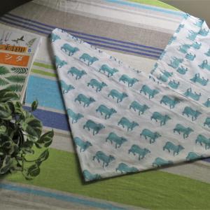 牛模様の生地で、あずま袋 インドの木版プリント