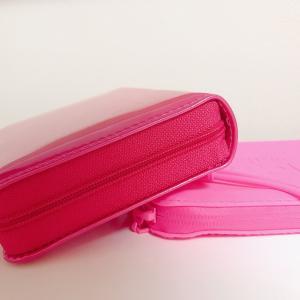 ネオンピンクの合皮ジップケースだから携帯したくなる!形から入るタイプにもぴったりなアイテム☺︎