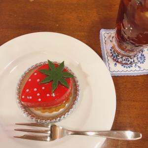 老舗的な風月堂カフェのポップな面持ちのストロベリーケーキ