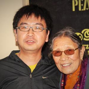 中国当局に27年間投獄され、亡命先で他界したチベット人女性アマ・アデにチベット難民が祈りを捧げる