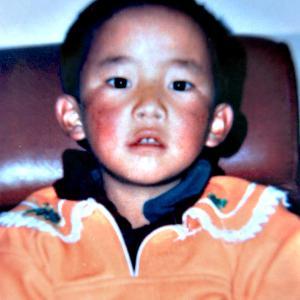 6歳のチベットの高僧パンチェン・ラマ11世の中国当局による拉致から25年。今も拉致されたまま