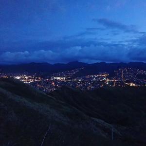 お山の頂上で朝と夜の間に立つ