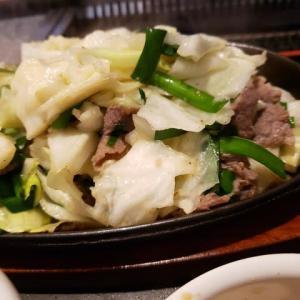 これだけ野菜を食べれば健康的かな・・ニラとキャベツの炒め物