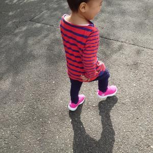 ピンクの靴を選ぶ次男