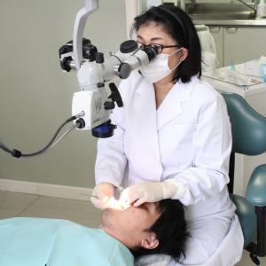 顕微鏡で見ながら歯を削っています。