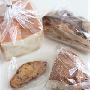 お知らせと、パンと日用品の店「わざわざ」のパン