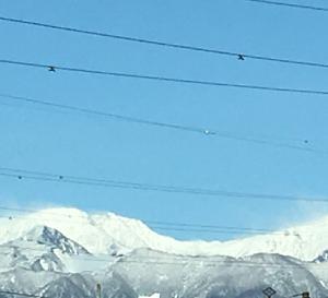 春なのに雪化粧の山々