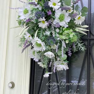 ・ 玄関のドア花飾り