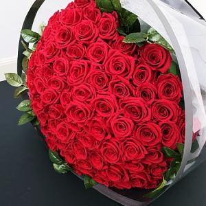 ・ プロポーズの108本の赤い薔薇の花束