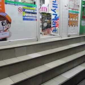(パタヤ) ソイ7のコンビニ(ファミマ)の階段が急すぎて怖い。