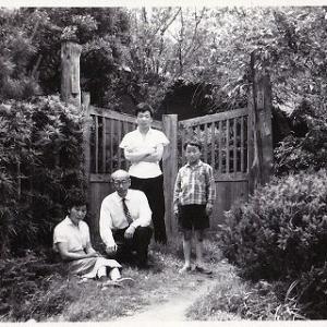61年前に家の門の前で撮った写真を持ち帰って