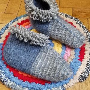 アフガン編みのルームシューズ