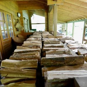 ミセス・ペーターランドが大量の薪を移動