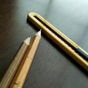 ナイフで鉛筆を削る