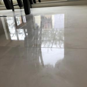 床はね、物が写るんだよね!!