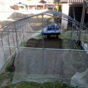 ビニールハウス内のトラクター耕うん