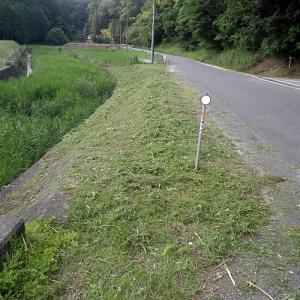 田舎の町内道路沿い草刈作業