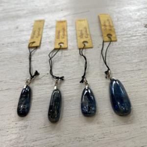 青と、青い石とカイヤナイトには。
