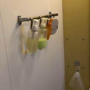 """""""【ダイソー×セリア】1年後もピカピカ。浴室引っ掛け収納。"""