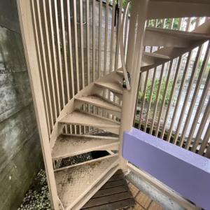 階段降りていて、滑って転んで・・・