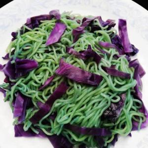 緑や紫に染まる