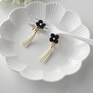 黒い小花とタッセルのイヤリング