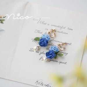 青い薔薇のイヤリング