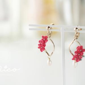 赤い小花と淡水パールのイヤリング