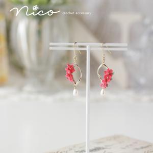赤い小花と淡水パールのピアス