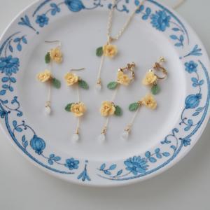 黄色いふんわり小花と天然石のアクセサリー