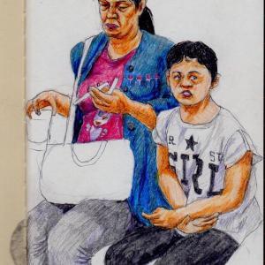紺色のカーディガンの母親と白いTシャツの母子(上海の地下鉄でスケッチ)