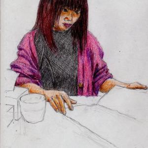 黒いワンピースに赤いカーディガンのお姉さん(上海の地下鉄でスケッチ)
