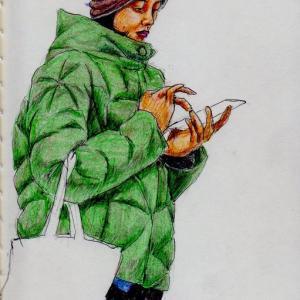 緑色のコートに茶色いニットキャップのお姉さん(上海の地下鉄でスケッチ)