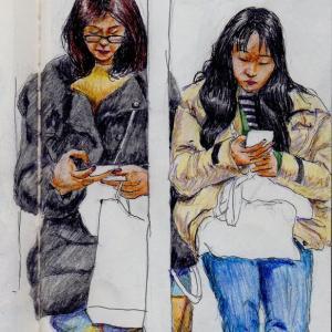 黒いコートの母親とベージュのコートの娘(上海の地下鉄でスケッチ)