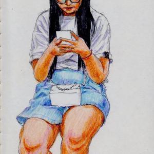 白いTシャツに水色のスカートのお姉さん(上海の地下鉄でスケッチ)