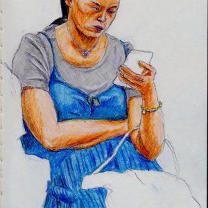 グレーのTシャツに青いキャミソールドレスのお姉さん(上海の地下鉄でスケッチ)