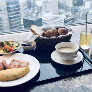 高層から眺める朝の景色を眺めながらの朝食。