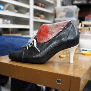 2つの黒を愉しむヒール紐靴に