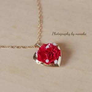 エリーネックレスは、今までとはまた違う雰囲気の薔薇です